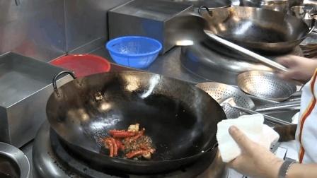 双耳锅又大又重, 为什么酒店大厨都在用? 厨师: 更能体现自身厨艺