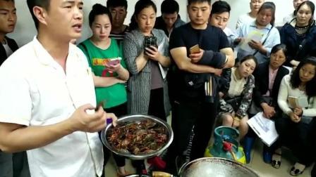 很多人围绕在看盱眙龙虾培训大师讲解: 金汤蒜泥龙虾该怎么选择生虾, 选择多大的龙虾!