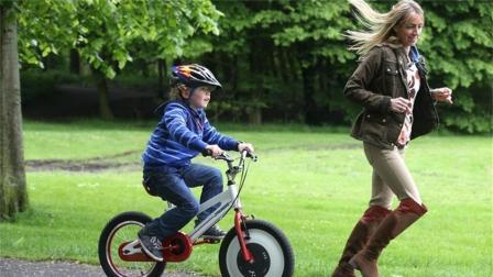 这辆自行车怎么推都不倒, 让孩子安心学骑车, 太神奇了!