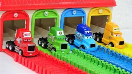 大卡车运输闪电麦昆赛车玩具来到彩色通道