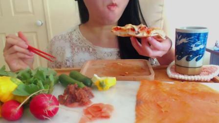 国外女吃货, 吃三文鱼刺身, 配脆萝卜、小南瓜、黄瓜, 还有披萨饼