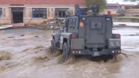 包头暴雨致特大洪灾 兵工厂冲出一队崭新装甲战车驰援