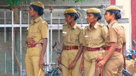 印度组建女子巡逻队, 里面还有美女级战士, 她们的任务是什么?