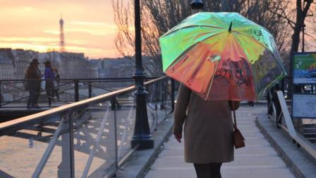 这雨伞可以定位! 还能预测天气! 你想拥有一把吗?