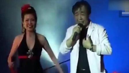 张帝演唱会现场, 与美女合唱《两只蝴蝶》, 改编版本引全场爆笑