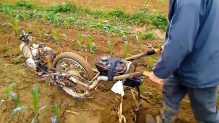 """农村大叔发明""""摩托车""""开沟机, 一天开沟6亩地, 500元造一个"""