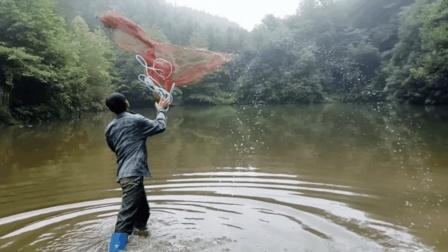 实拍农村大叔第一次撒网捕鱼, 看看他是怎样撒网的, 有那样撒网的吗