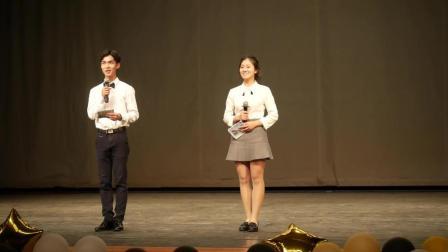 这两位才华横溢的大学生, 在舞台上模拟主持了一场晚会, 引得现场哈哈大笑