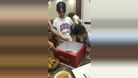 爸爸给女儿买的生日蛋糕, 儿子一脸好奇, 女儿则一脸无奈