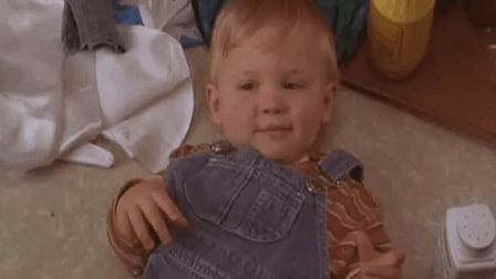 3分钟看《小鬼当街》, 1岁小孩将笨贼耍的溜溜转, 看完笑出腹肌
