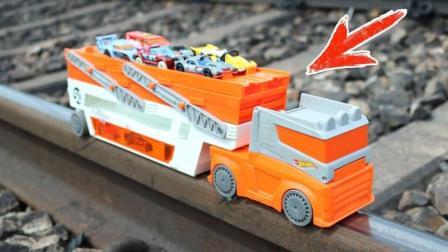 把塑料玩具车载货车放到铁轨会发生什么事?