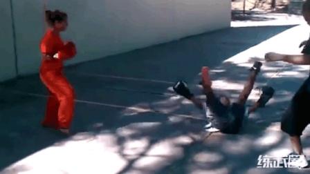 国外街头拳赛, 女子直接一脚就KO了男生!