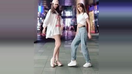 两个漂亮的小姐姐在商场尬舞, 这样的舞跳起来会更帅哦! 你喜欢哪个?