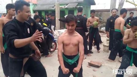 印尼武术抗击打表演, 看他们的表情就知道有多疼了!