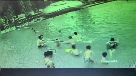 技能满分! 救生员水中冲刺滑行急刹救起溺水母子