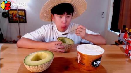 韩国大胃王Dorothy哥哥, 吃冰镇哈蜜瓜就冰淇淋, 大勺子挖哈密瓜, 冻得嘴都红了, 真过瘾!