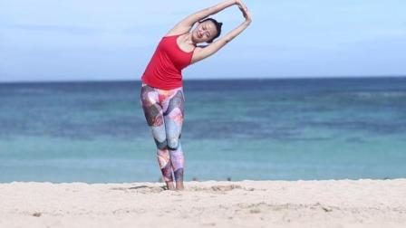女孩海边练瑜伽, 上演浪漫风情, 胆够大才敢这样