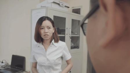 女秘书进老板办公室后, 老板身上残留的脏东西引起了争议