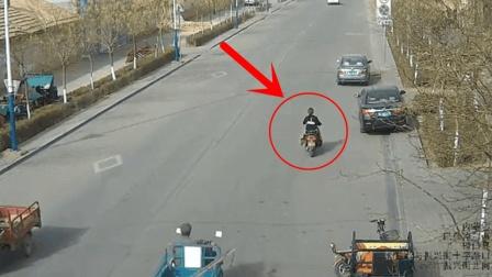 """骑车女子真倒霉, 她也不会想到, 路上还有这种""""害人精""""!"""