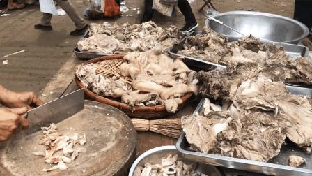 农村赶大集, 200多人露天喝羊肉汤! 2口大锅不停炖, 6个人忙不开