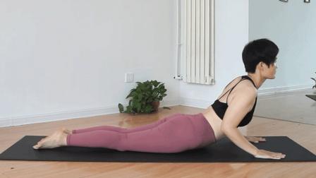 圆肩驼背是很多人的烦恼! 这组瑜伽体式帮你改善, 男女都适合练习