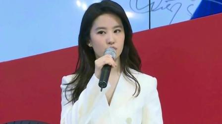 刘亦菲素颜与工作人员合影 清纯甜美气质佳
