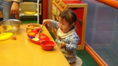 唐氏症宝宝在早教中心接受康复训练, 这宝宝以后有成为大厨的潜质!