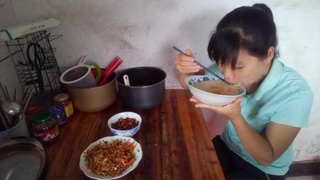 中国吃播视频 胡萝卜炒榨菜+酸辣剁椒+南瓜粥 南瓜粥吃三打碗称得上大胃王了都