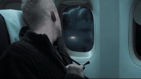 小伙看见飞机玻璃窗上有怪影, 吓得他紧抓佛珠, 可怕的事才刚开始