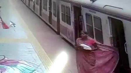 衣服卡在行驶的火车门上 女子被拖行数米险丧命