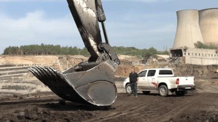 利勃海尔984超级挖掘机有多大, 看到它的挖斗你就知道了
