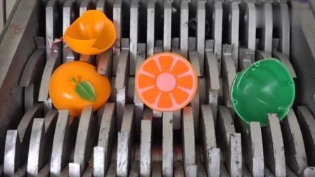 小伙把塑料玩具水果扔到碎纸机里, 看着真带劲!