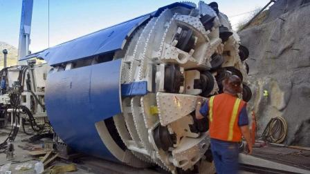 """中国""""机械侠""""走红BBC: 4000吨隧道挖掘机轻松开凿高速公路"""