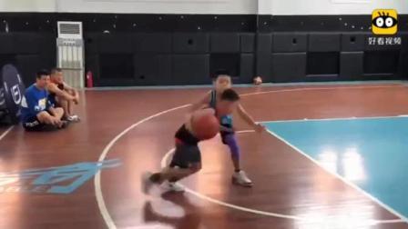 中国9岁篮球小将单挑, 把小伙伴们虐了个遍, 你9岁时会拍球吗