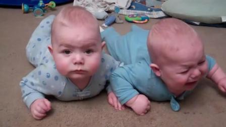 可爱双胞胎哥哥表示好挤啊让一让, 弟弟一脸无辜表示没办法忍忍吧!