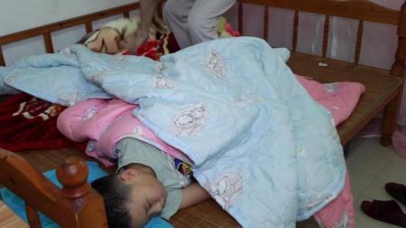 医生的一句话, 爸爸就帮儿子盖了5床被子, 看着都热!