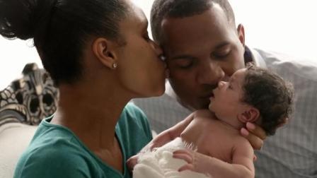 温馨记录父母第一次和宝宝见面, 隔着屏幕都能感受到他们的幸福!