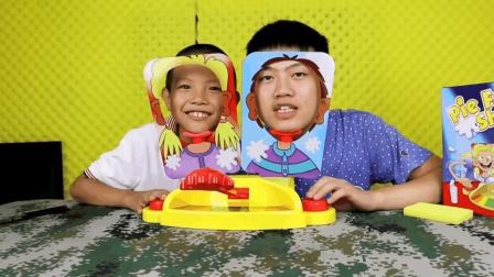 拆箱试玩两个人玩的打脸玩具, 按得太慢的话就会被打脸