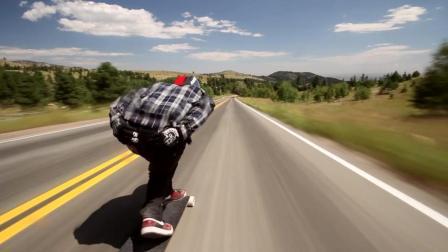 国外小伙用长板在公路上狂飙, 高达时速70英里!