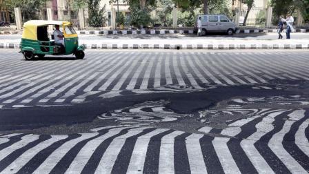 印度到底有多热? 柏油马路都被晒化了, 行人鞋子都粘掉了!