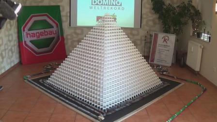 外国小伙用多米诺骨牌搭建3D金字塔, 他能成功吗? 一起来见识下!