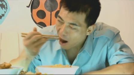 长空铸剑:妻子备了一桌好菜,空军一碗面吸的哧溜响,听着就馋人