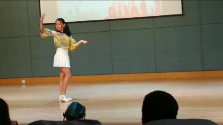 小学女生毕业晚会上跳起《极乐净土》, 好清纯的感觉!