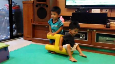 相爱相杀的双胞胎熊孩子, 宁可自己摔倒也要掀翻对方一起摔!