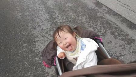 和老爸出去玩的唐氏症宝宝笑的合不拢嘴, 多希望时光就停在这一刻!