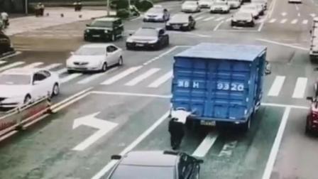 """最棒的""""大力士""""! 货车抛锚在路, 他独自一人将其推开"""