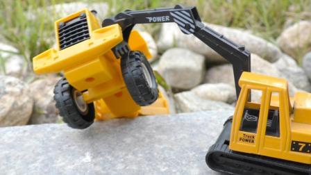 压路机不慎跌落路边 挖掘机前来营救的工程车玩具故事