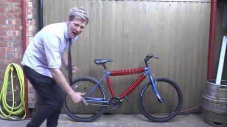 用弹簧做自行车, 弹性杠杠的, 网友: 就怕得胃下垂!