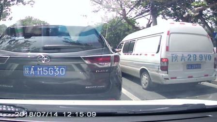 西安现路怒SUV司机多次恶意变道别车险酿车祸