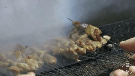 山东大爷卖烤猪肉串, 有秘方, 干了20多年, 一天能卖10000串